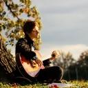 Gitar Çalan Genç