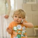 Telefonla konuşan çocuk