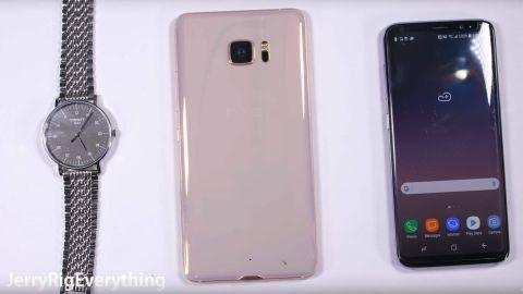 Video: Safir ekranlı HTC U Ultra çizilmiyor